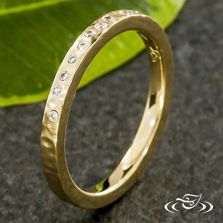 HAMMERED YELLOW GOLD DIAMOND BAND