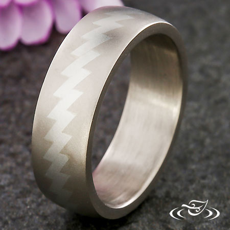 GRAPHIC ZIG-ZAG WEDDING BAND